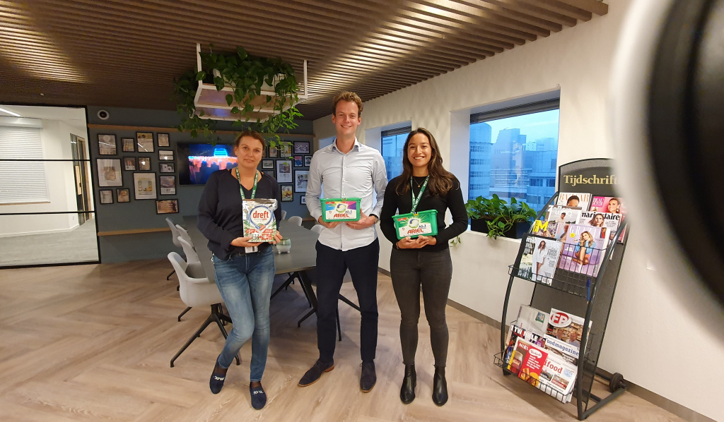 V.l.n.r.: Nathalja Boogaard (Commercial Operations Teams Fabric-Homecare), Thijmen Mellink (director Fabric Care BeNeLux) en Annabel Nuboer (brand manager Ariel).